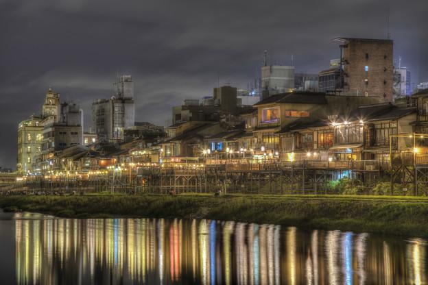 京都,鴨川沿いの川床風景
