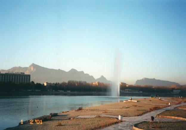 ザクロス山脈の水を噴き上げるザーヤンデ川 Fountain in Zayan-deh River,Iran