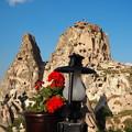 写真: 岩の城塞と花 Uchisar Castle & Flowers