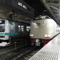 上野東京ライン常磐線取手行きとサンライズ瀬戸・出雲号の並び
