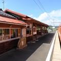 Photos: 駅舎を橙色に染めて1000系一畑口到着 この駅でスイッチバック