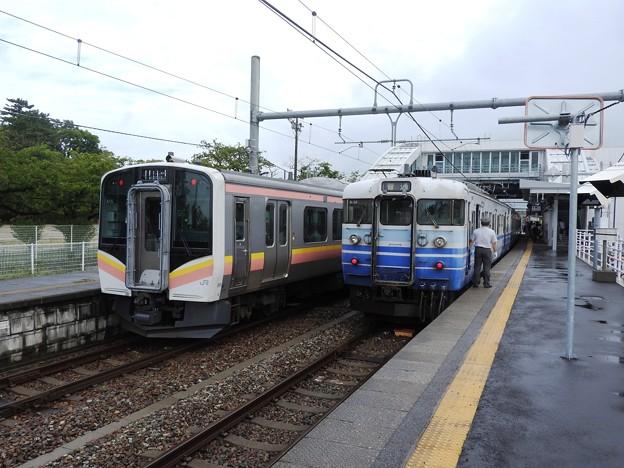 越後線新旧車両交換 115系N28+N24編成とE129系A15h編成 内野にて