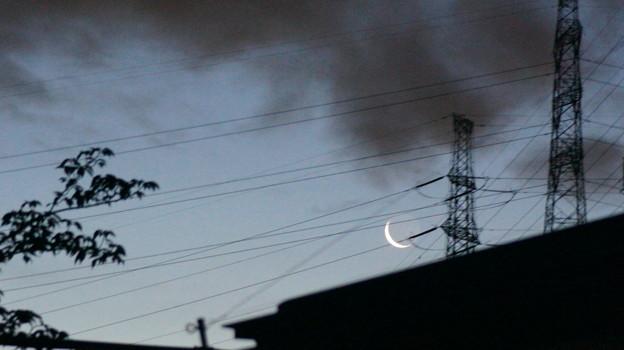 糸のように細い月