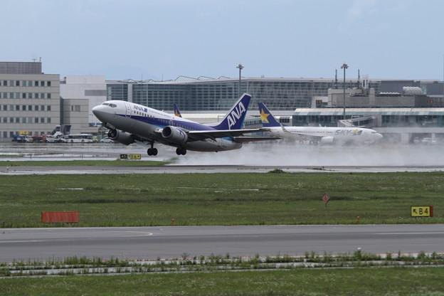 B737-500 通り雨の中 Takeoff