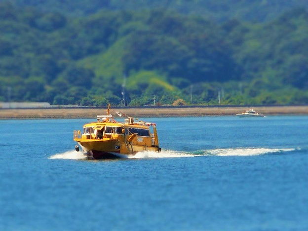 波を蹴立てて 真夏の海を弾丸高速艇がゆく!!