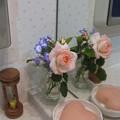写真: 洗面所にも花