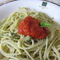 写真: ジェノベーゼ、トマトソース添え