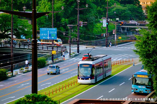 市役所・区役所前の電車通り。