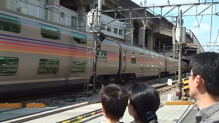 JR高崎線・熊谷駅を通過する寝台特急カシオペア(その2:豪華な客車群))