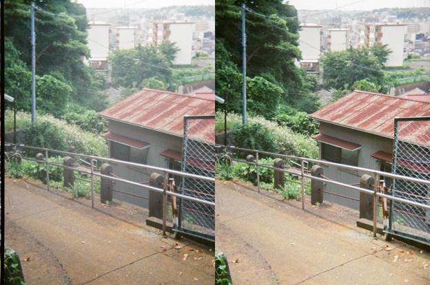 さびたトタン屋根と坂と街