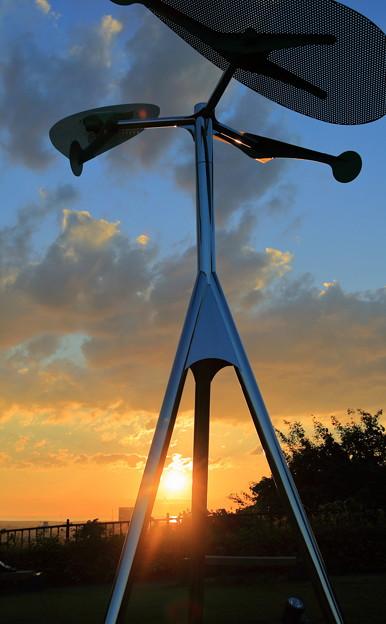 夕陽とオブジェ「風の樹」