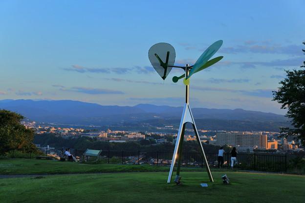 夕暮れの見晴台とオブジェ「風の樹」