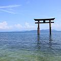 琵琶湖に浮かぶ鳥居 白髭神社 青空と雲