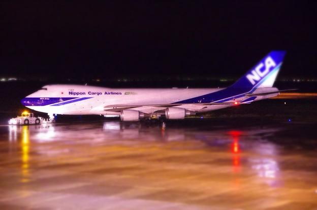 夜の雨降りの北九州空港 日本貨物航空の貨物定期便B747-400F・・20141130