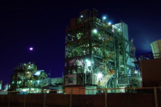 寒い夜の月夜の下で静寂光る工場・・20141227