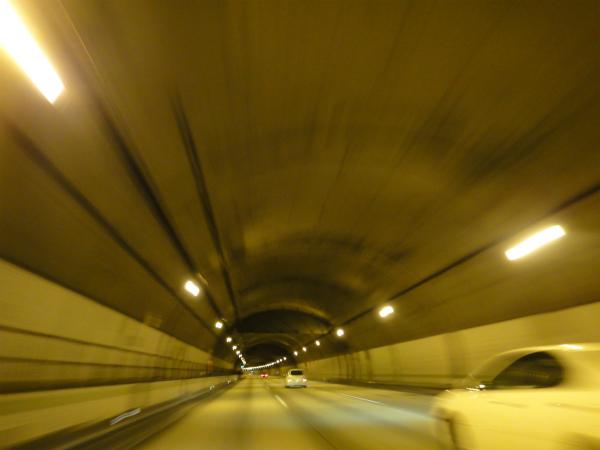 片側3斜線の広いトンネル