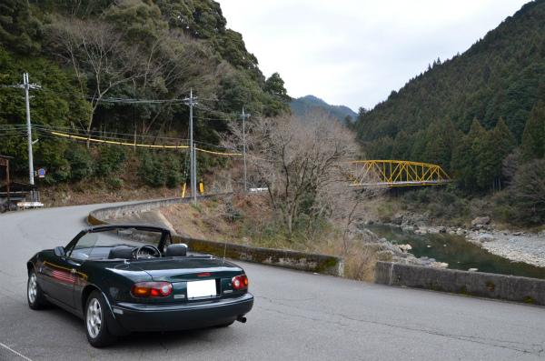緑の川と、黄色の鉄橋と、曲がった道と、ロードスター