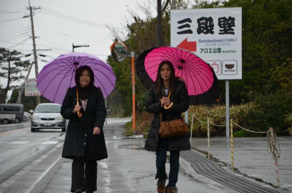傘を差して三段壁を目指す