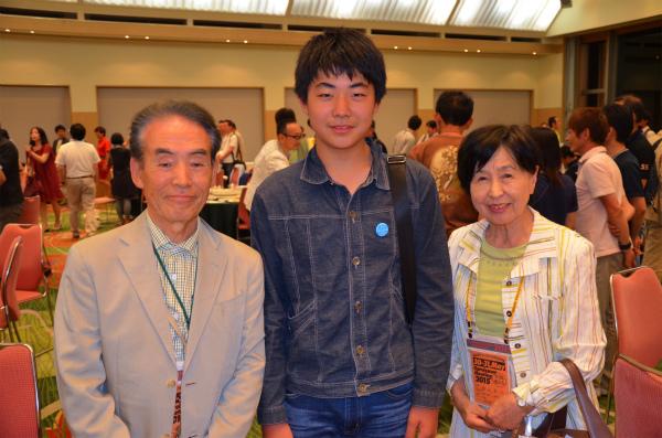 福田さんご夫妻と次男で記念撮影