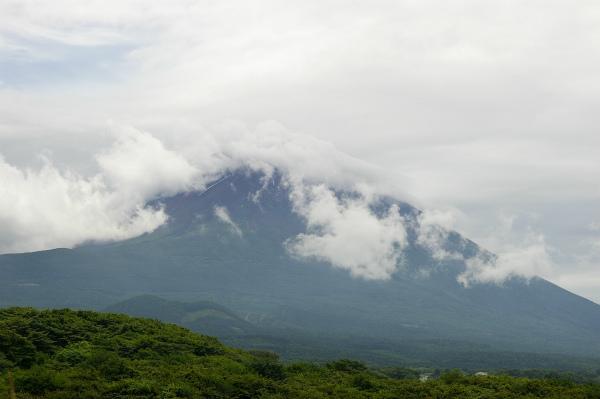 晴天の昨日とは異なり、雲が掛かった富士山